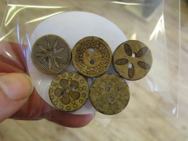 Mönstrad kokosknapp 18 mm 5-pack-3740